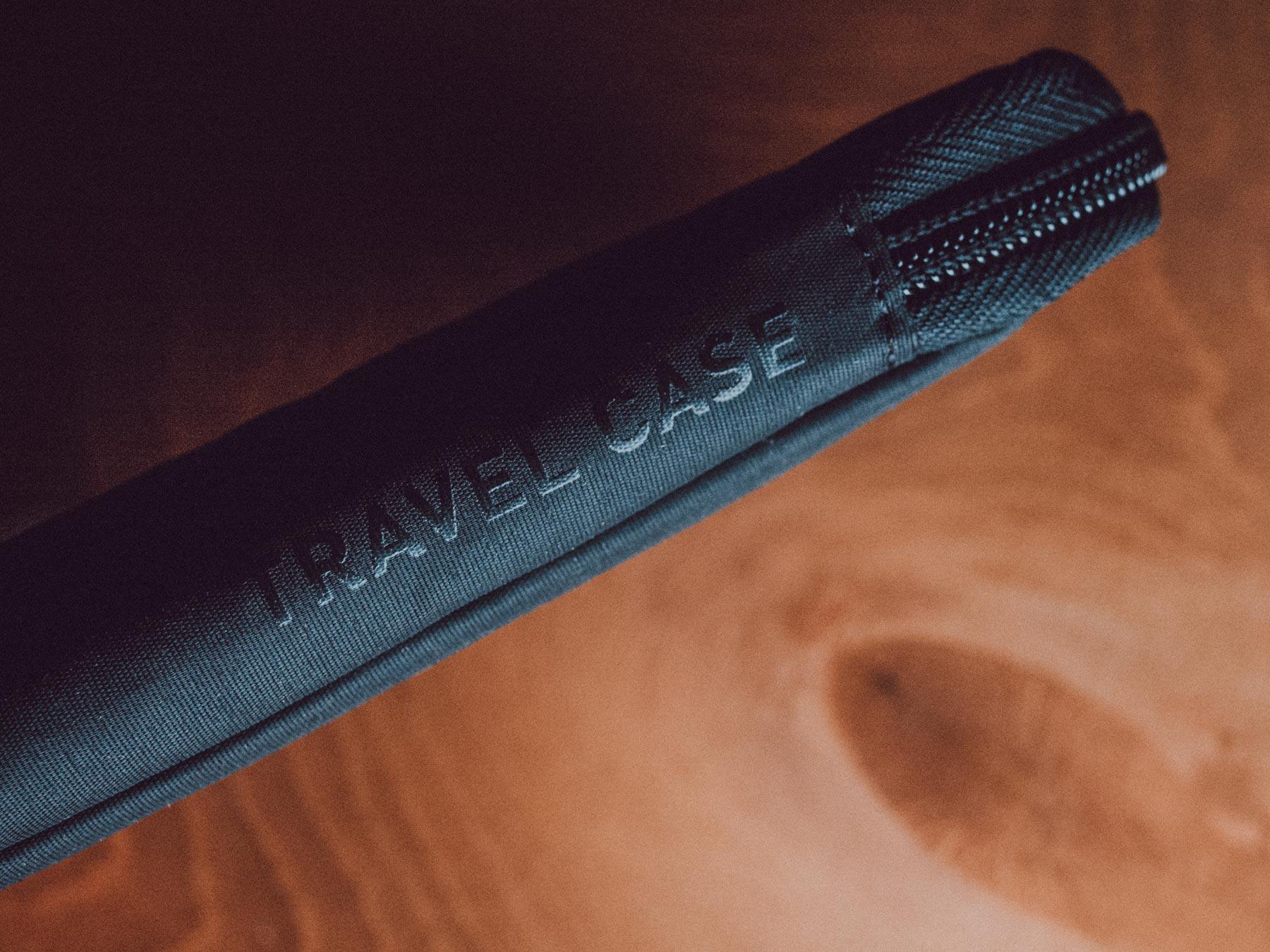 Man sieht das Travel Case aus dem Einladungs-Mailing für Distributoren zum 10-Jährigen Jubiläum von evoc sports. Der Produktname ist in glänzend schwarz auf das schwarz-matte Täschchen gedruckt. Idee und Design sind von MAJORMAJOR.
