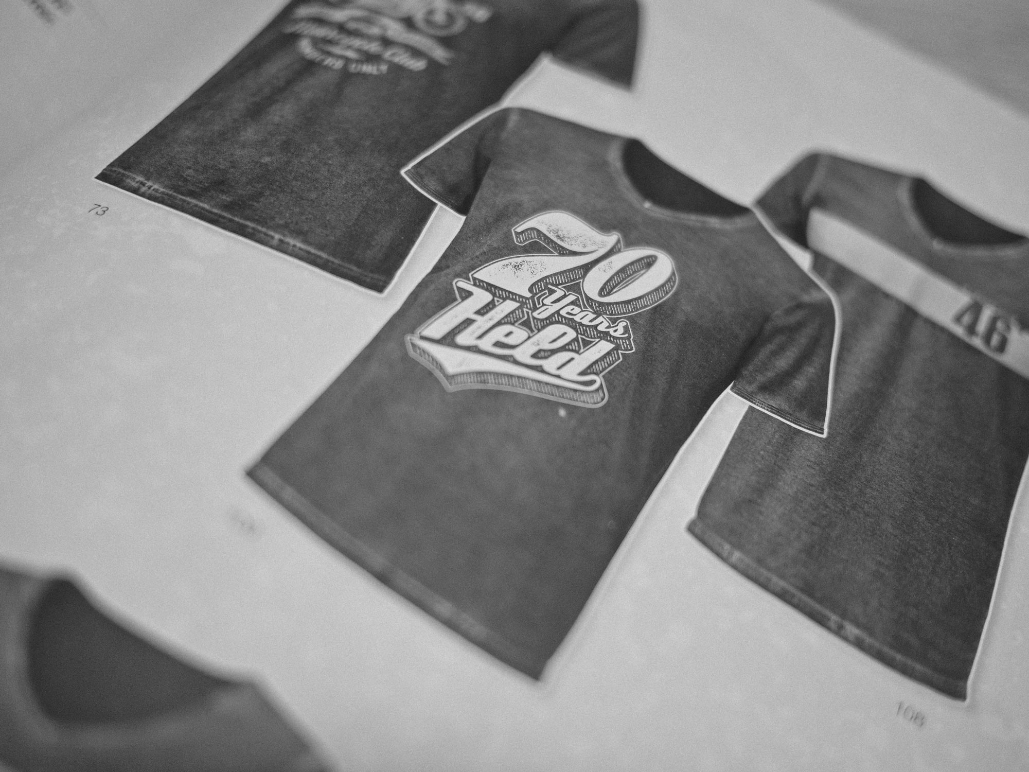 Man sieht ein Foto mit den 3 T-Shirt-Designs zu 70 Jahre HELD Bikerfashion. Die Designs sind von MAJORMAJOR aus Stuttgart.