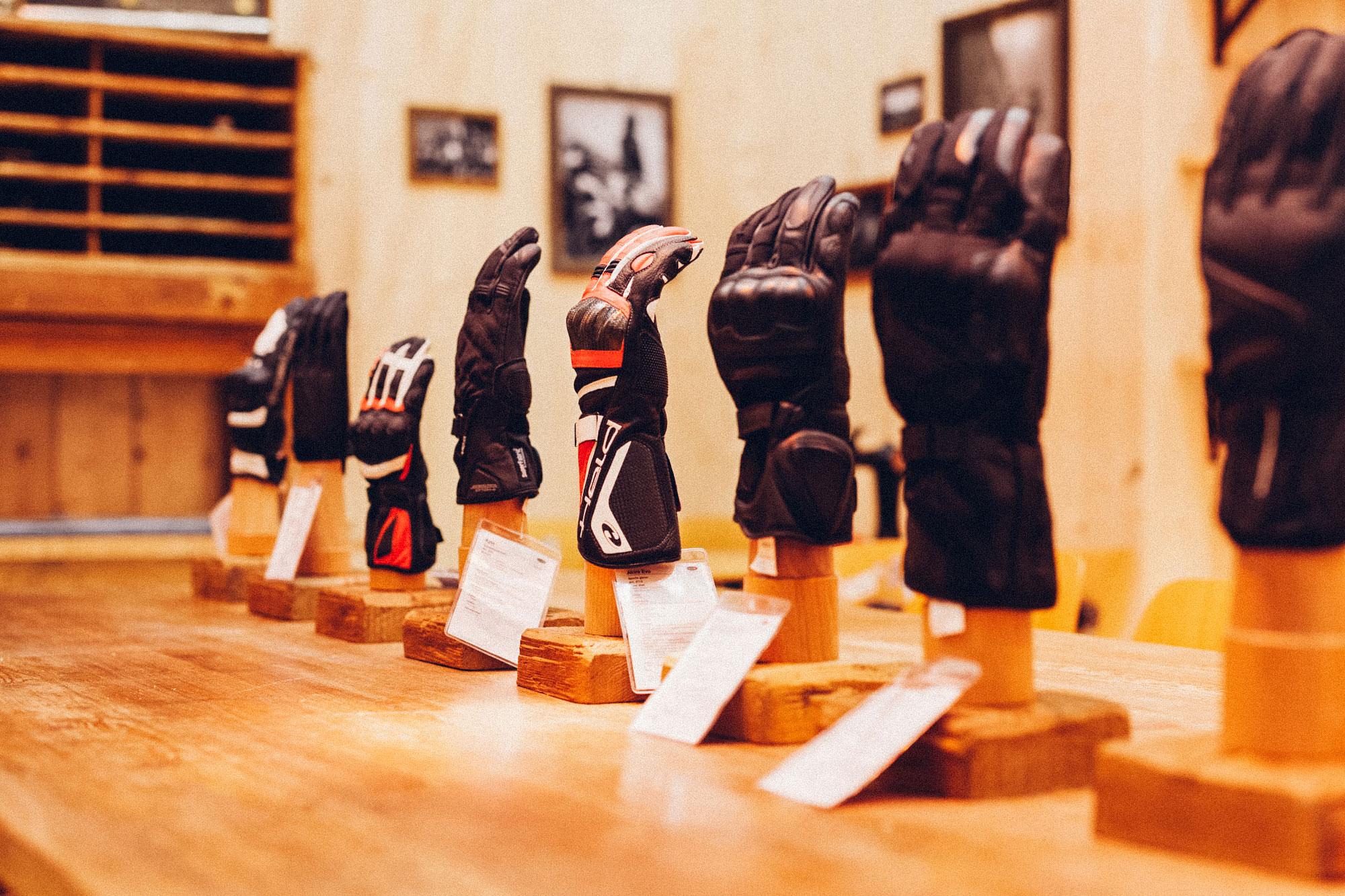 Ein Foto des Besprechungsraumes des 70-Jahre-Held-Messestandes. Alles ist im Stil einer Berghütte gehalten, im Vordergrund sieht man die aktuelle Handschuh-Kollektion auf einem Schreibtisch. Konzept und Design sind von MAJORMAJOR.