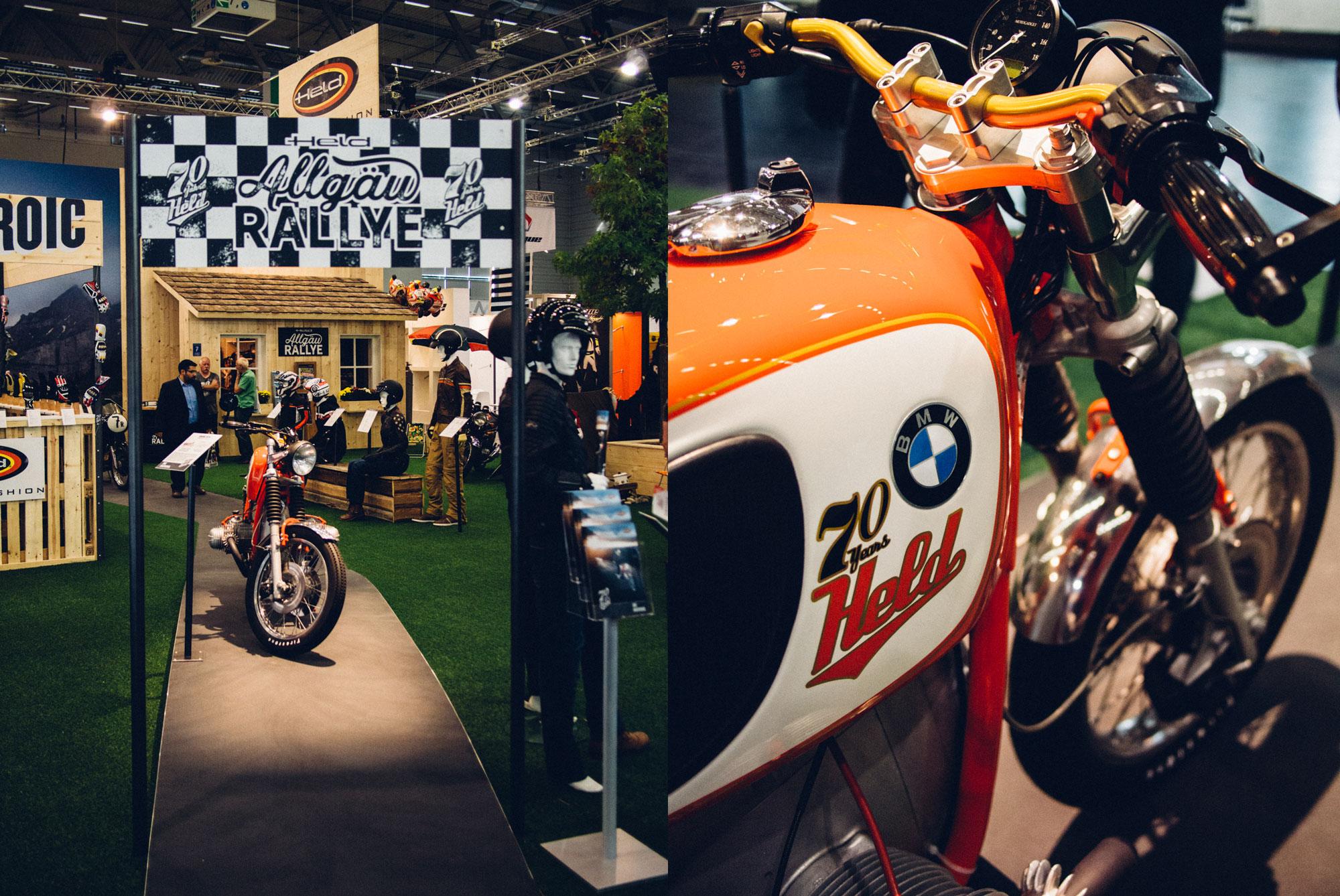 Ein Zwei Fotos des 70-Jahre-Held-Messestandes. Links sieht man das Gewinnspiel-Motorrad auf der Rennstrecke stehen, rechts sieht man groß den Tank der Maschine mit BMW Motorrad und HELD-Logos. Konzept und Design sind von MAJORMAJOR.