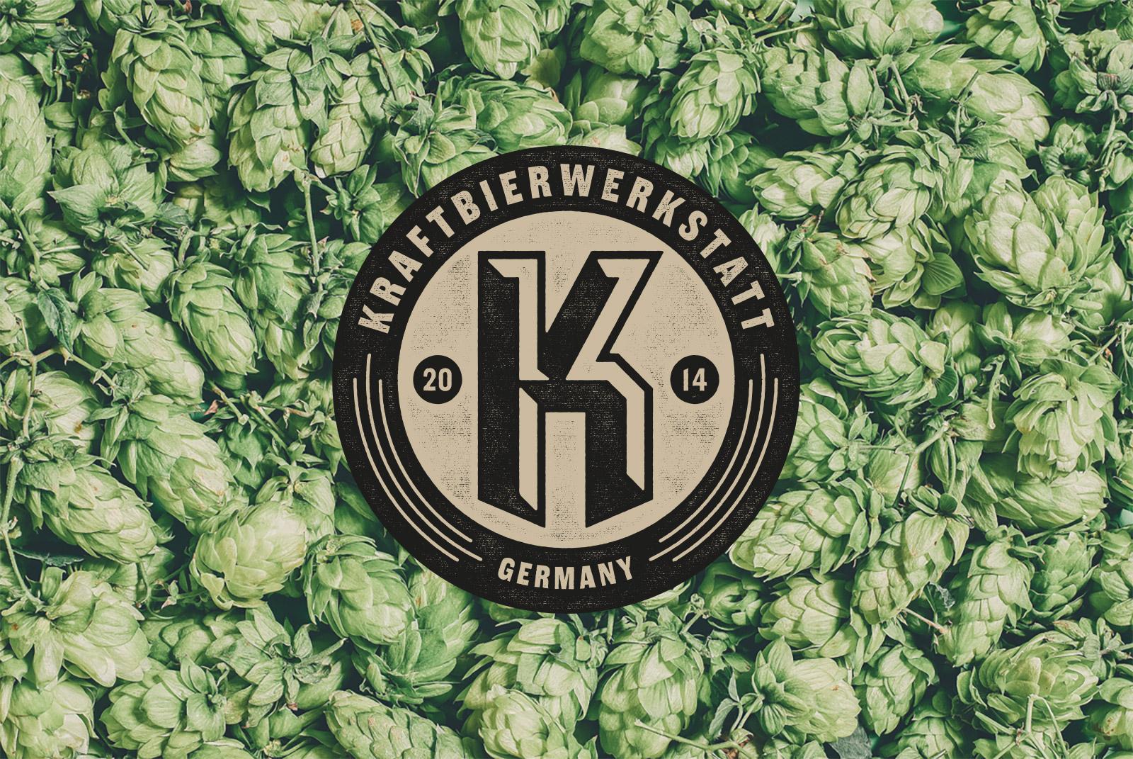 Man sieht das Logo der Kraftbierwerkstatt auf der Vorderseite eines Aufklebers der Brauerei. Um ein großes