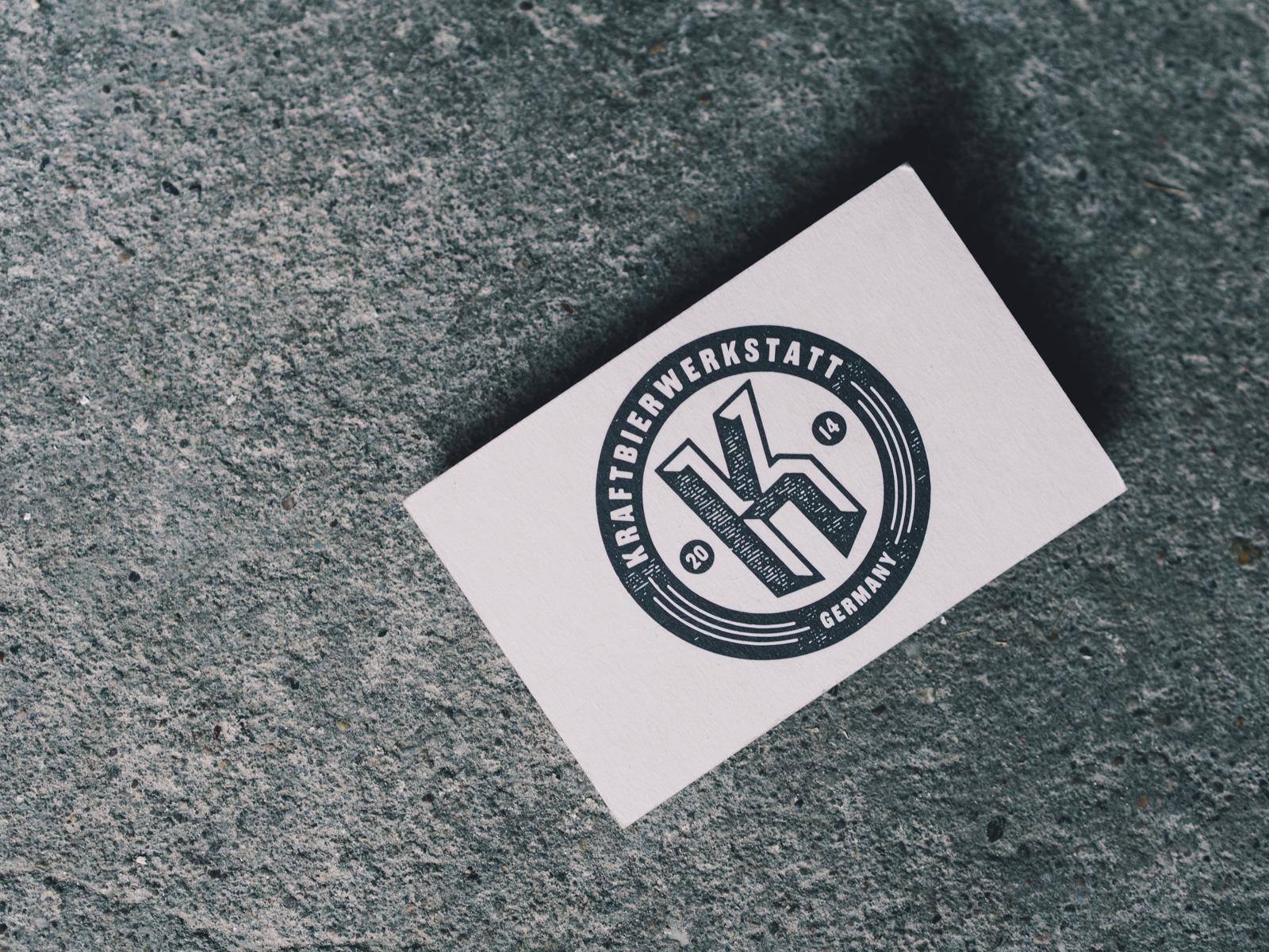 Man sieht das Logo der Kraftbierwerkstatt auf der Vorderseite der Visitenkarte der Brauerei. Um ein großes