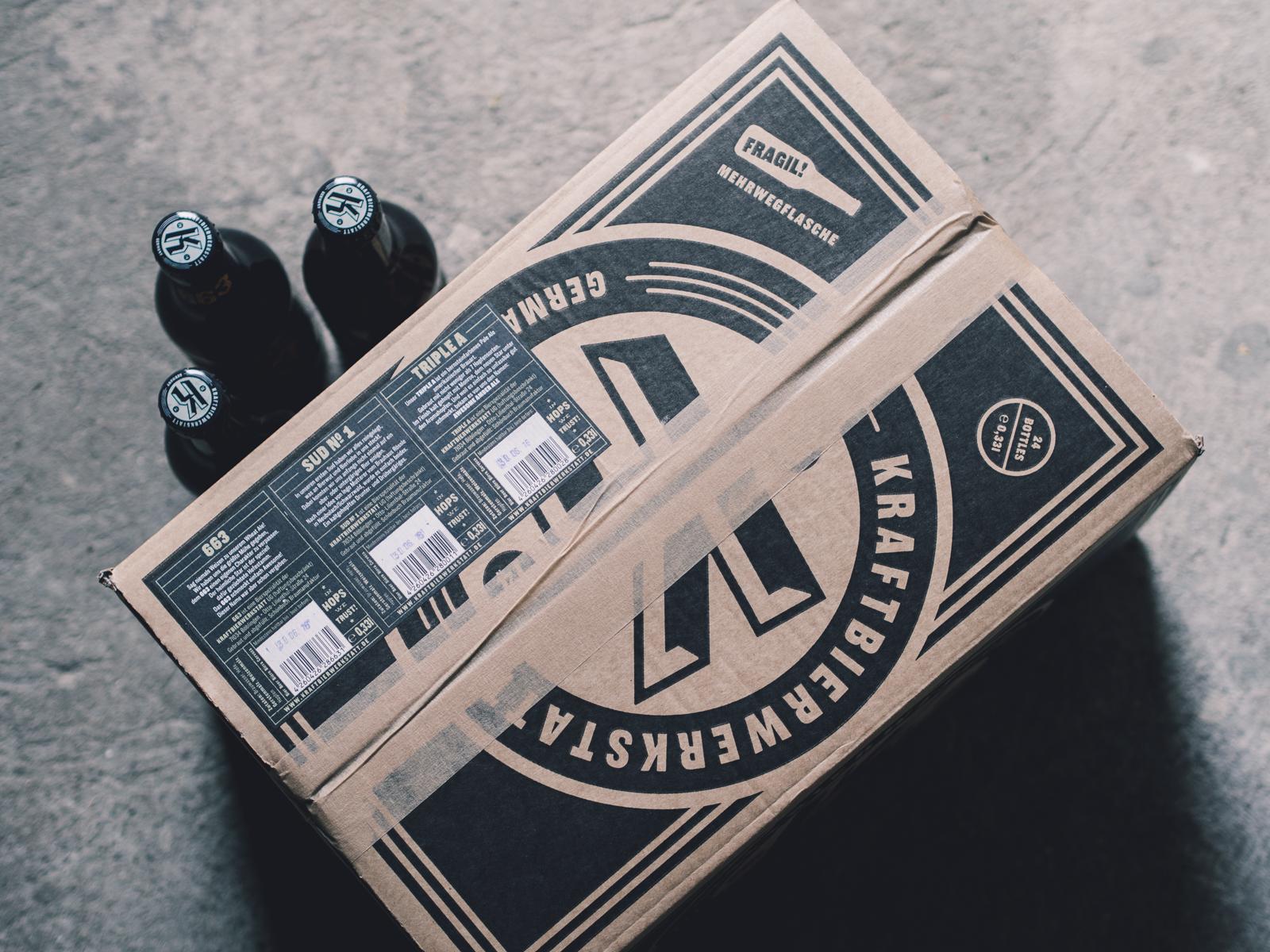 Man sieht 3 Bierflaschen und eine Kiste der Craftbier-Brauerei