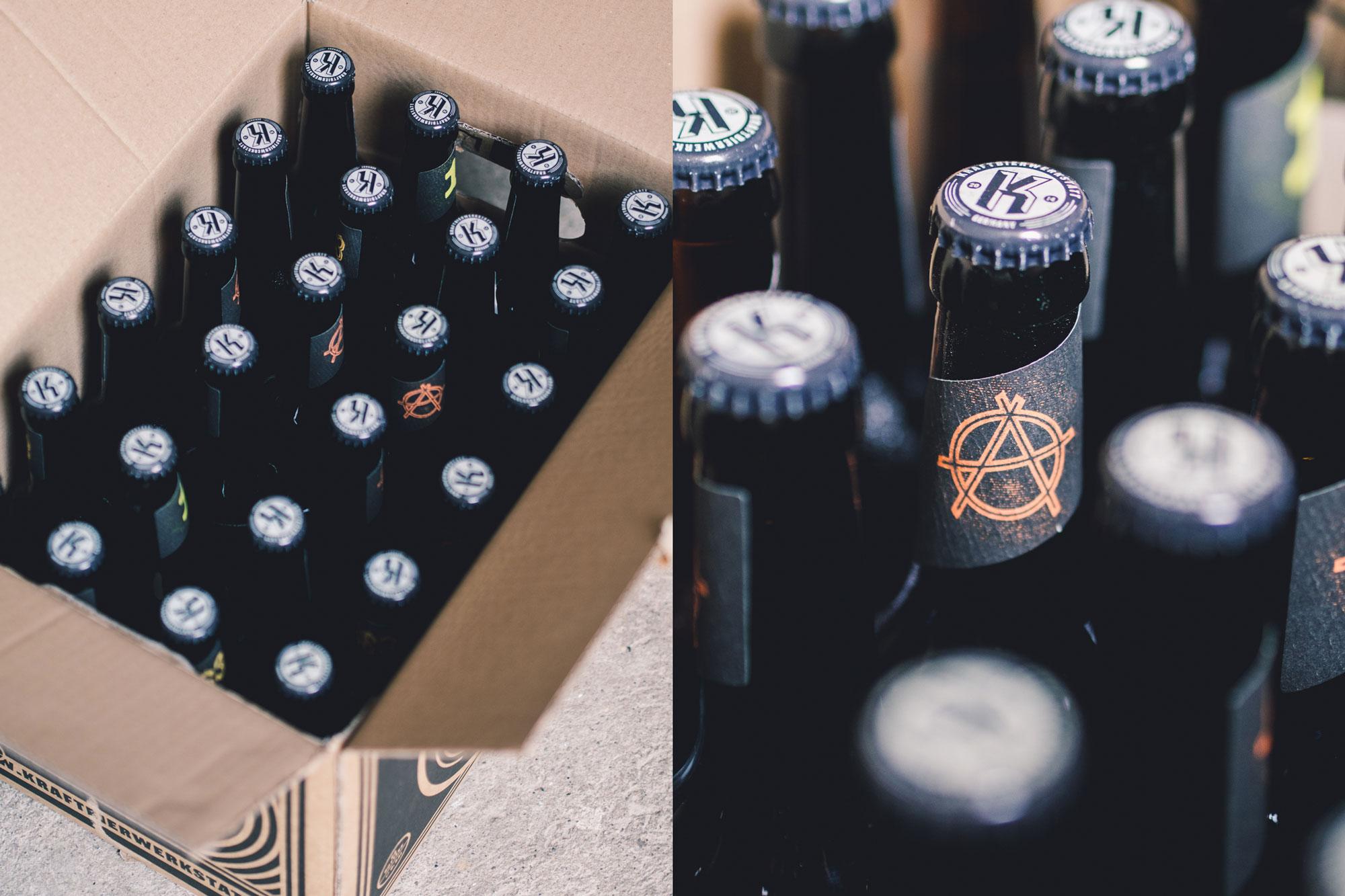 Man sieht von oben eine geöffnete Papp-Kiste der Craftbier-Brauerei