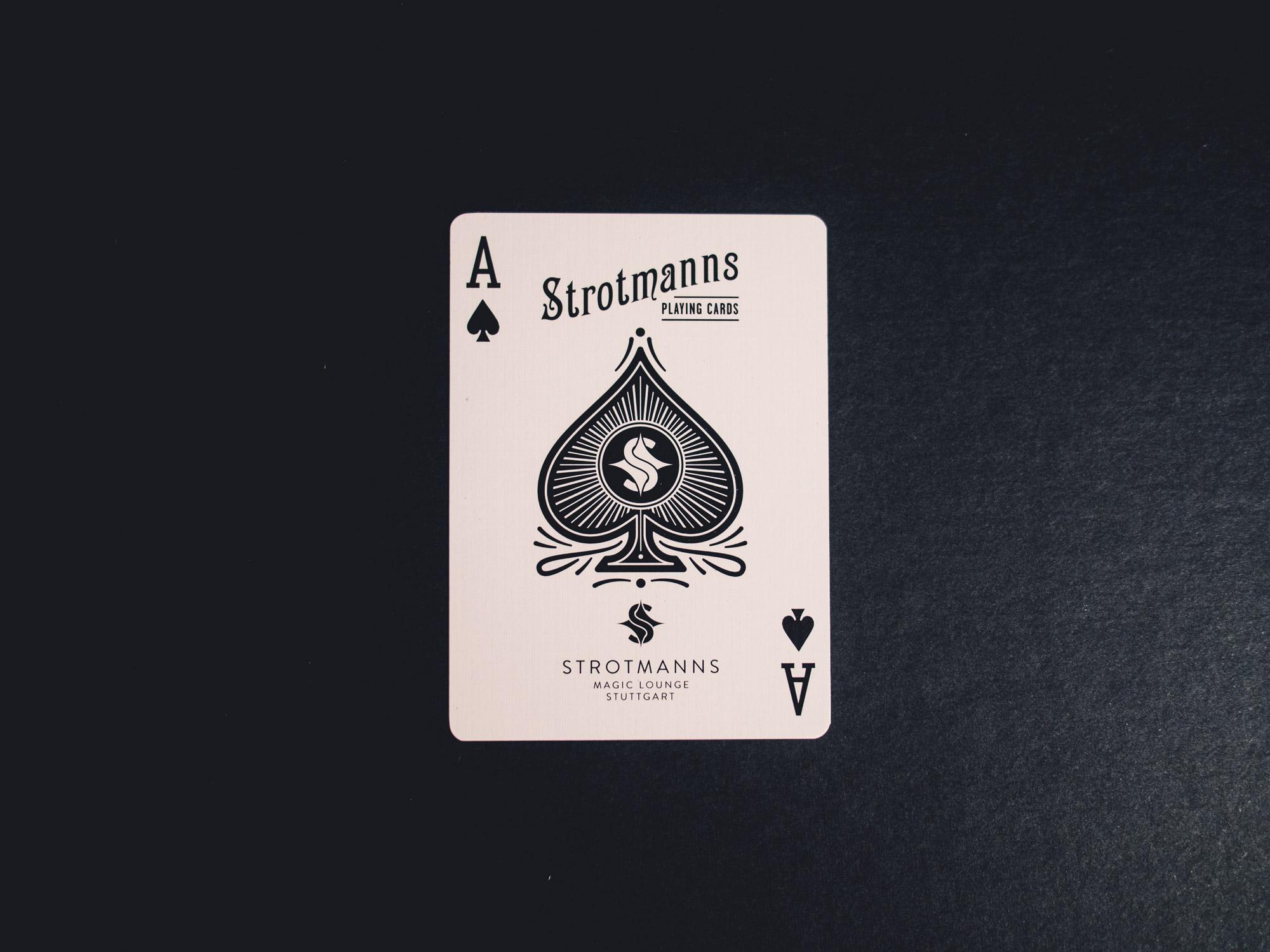 Man sieht das Pik Ass aus dem Spielkarten-Set der Strotmanns Magic Lounge. Das Design ist gestalterisch an klassische amerikanische Poker-Playingcards angelehnt und von MAJORMAJOR aus Stuttgart.