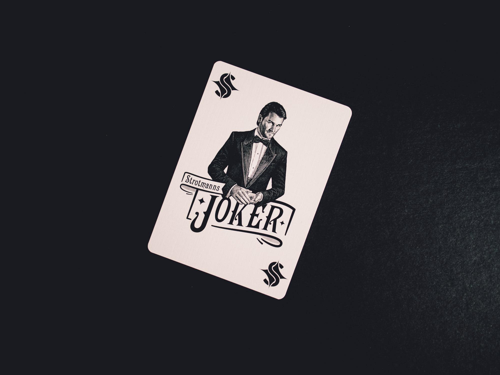 Man sieht den Joker aus dem Spielkarten-Set der Strotmanns Magic Lounge. Das Design ist gestalterisch an klassische amerikanische Poker-Playingcards angelehnt und von MAJORMAJOR aus Stuttgart.