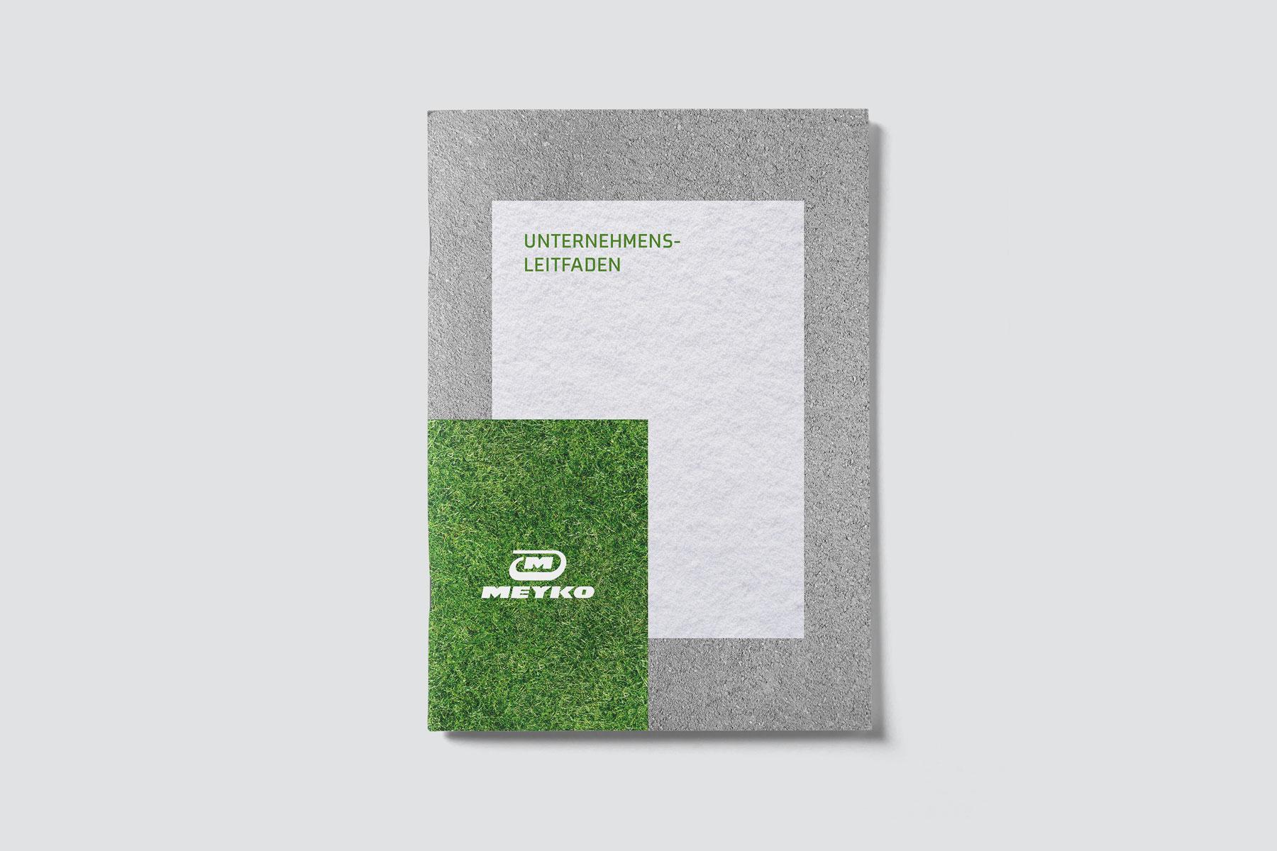 Auf dem Cover des Unternehmens-Leitfadens sieht man das Logo von Meyko, dem Spezialisten für Garten- und Kommunaltechnik vor unterschiedlichen Hintergründen wie Gras und Schnee. Das Corporate Design stammt von MAJORMAJOR.