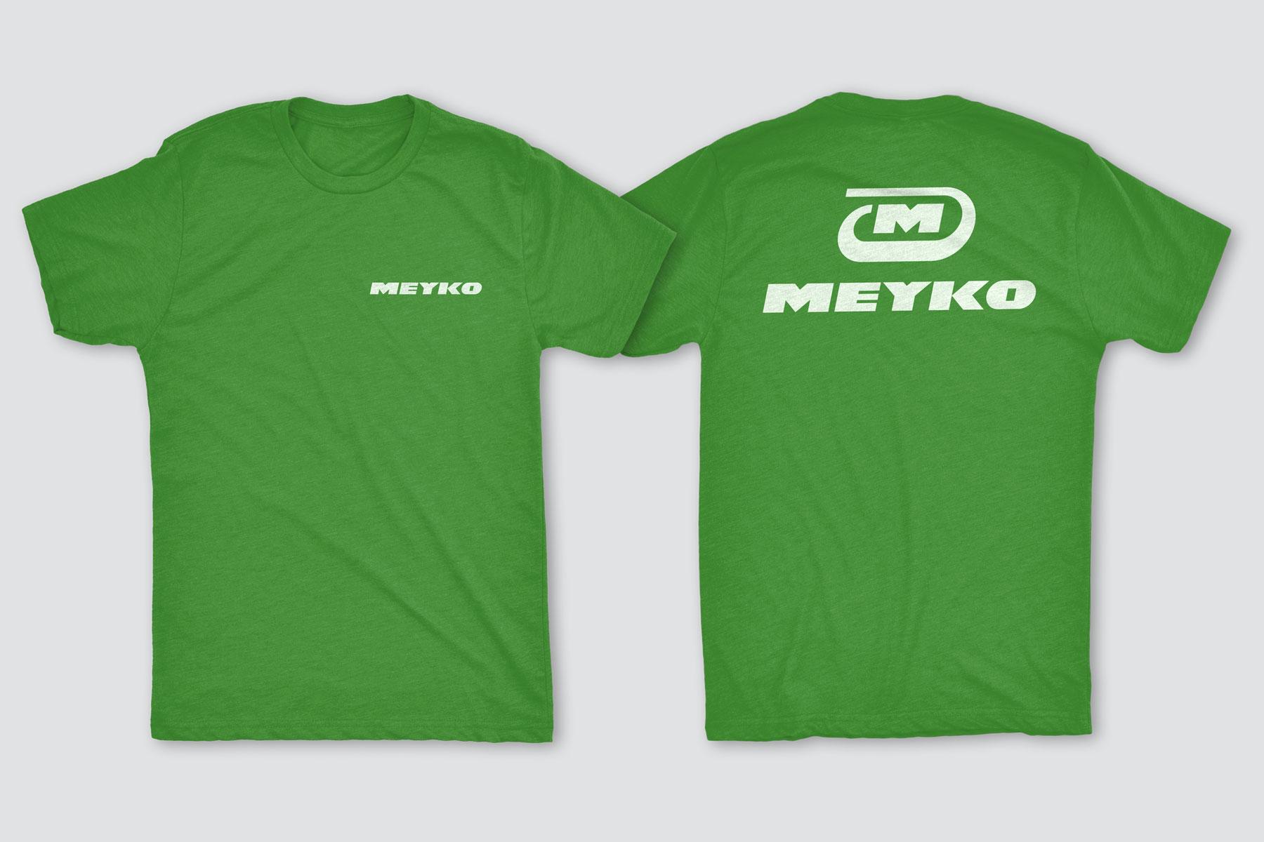 Man sieht das grasgrüne T-Shirt von Meyko. Auf der Vorderseite sieht man die Wortmarke, auf der Rückseite groß das Logo von Meyco, dem Spezialisten für Garten- und Kommunaltechnik. Das Corporate Design stammt von MAJORMAJOR.