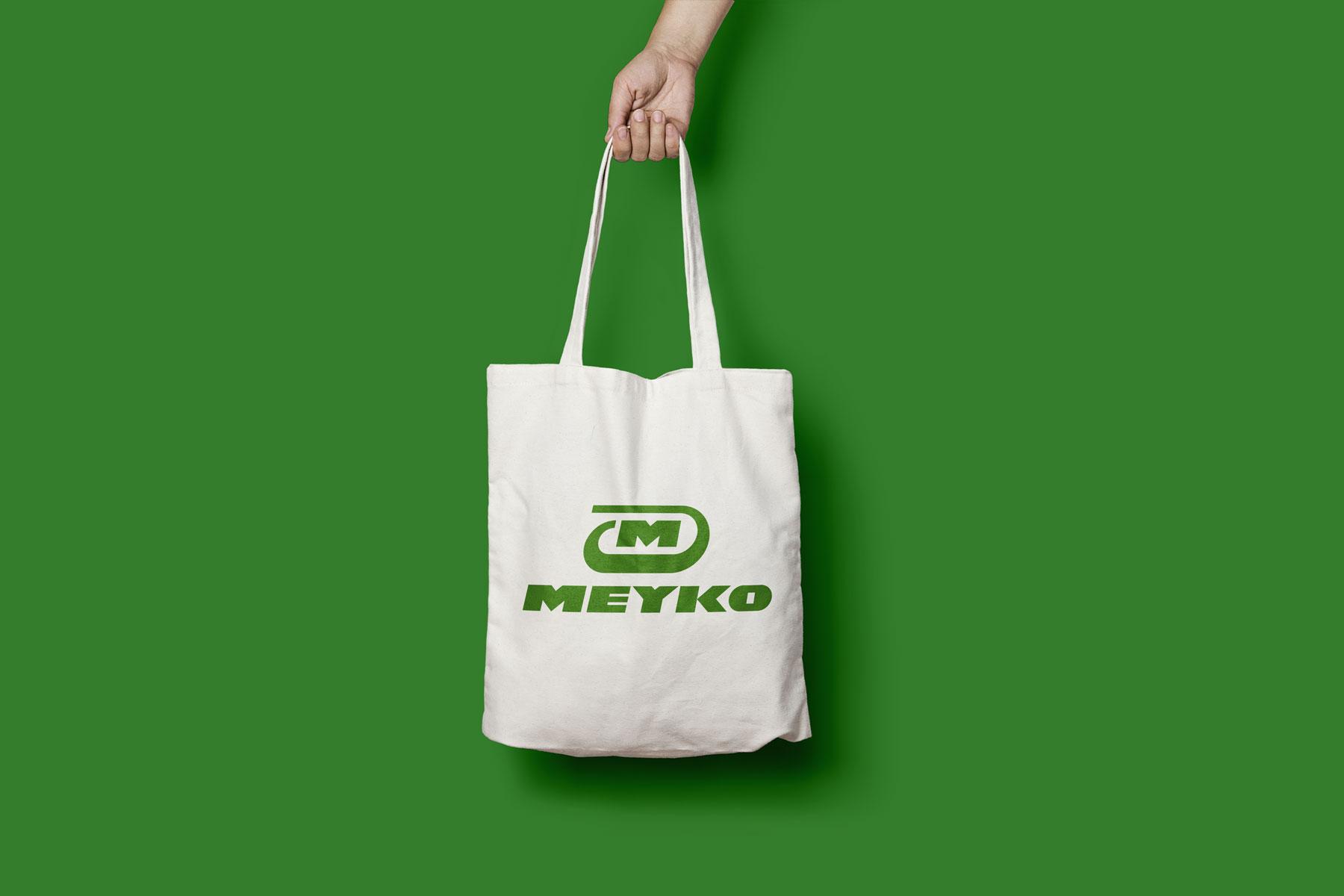 Auf einer Jutetüte sieht man das Logo von Meyko, dem Spezialisten für Garten- und Kommunaltechnik. Das