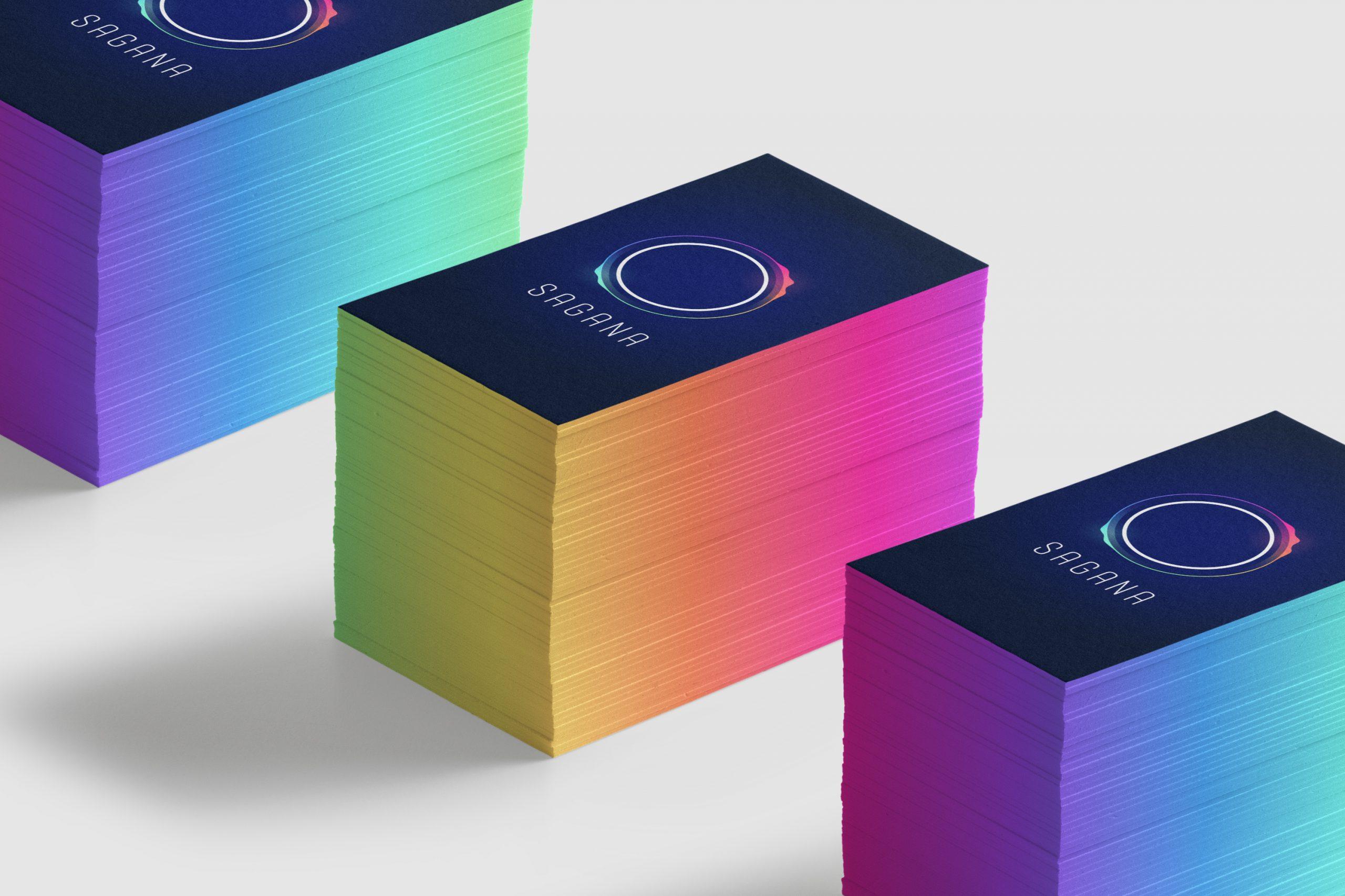 Man sieht 3 Stapel mit Visitenkarten der Impact Investment Beratung SAGANA, die von MAJORMAJOR designt wurden