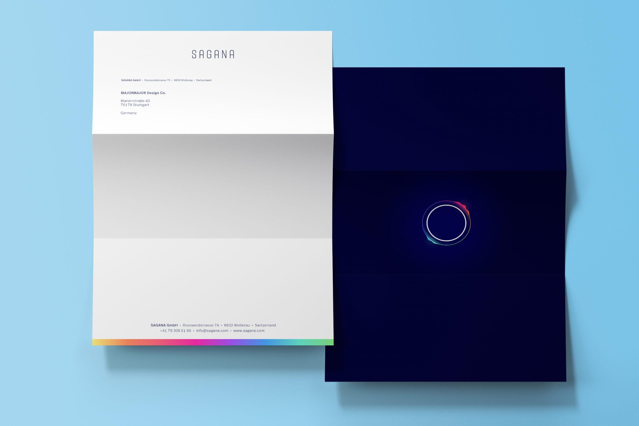 Zu sehen ist das SAGANA-Briefpapier. Auf der Vorderseite befindet sich die Wortmarke und die Adressdaten der Impact Investment Beratung. Die Rückseite ist blau und die Bildmarke ist mittig angeordnet. Das Design stammt von MAJORMAJOR.